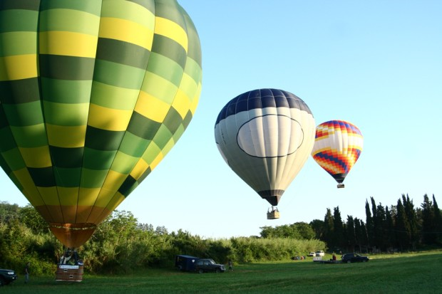 Tuscany balloons taking off