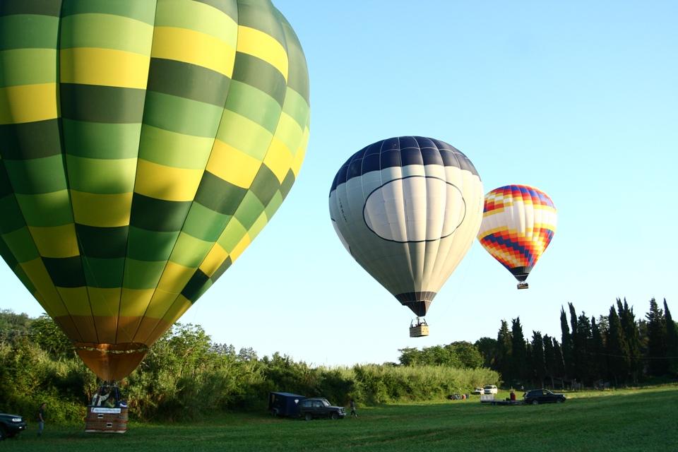 Tuscany balloons taking off