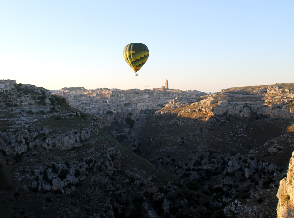 Balòloon over the Gravina towards i Sassi