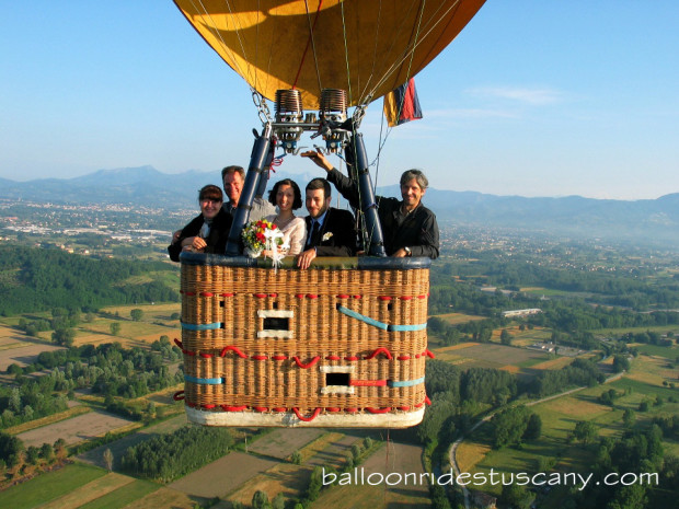 Private-balloon-flight-wedding-in-hot-air-balloon-in-tuscany